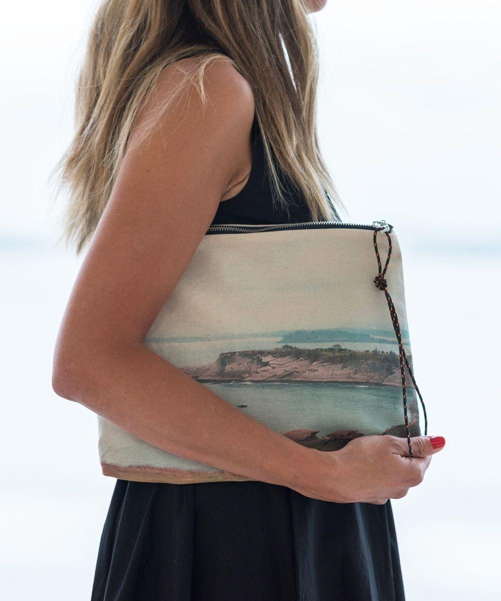e0d4cd417 El bolso Pouch está realizado en algodón con una fotografía impresa de Cabo  Mayor, situado junto a las multitudinarias playas de Sardinero.